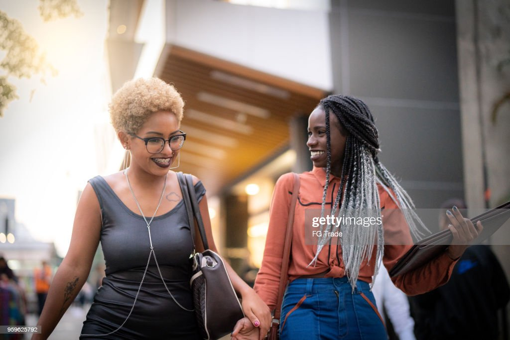 Zwei Studenten an der Universität zu Fuß : Stock-Foto