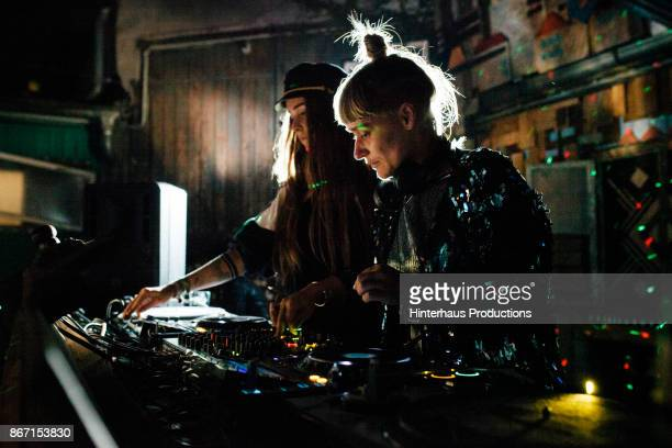 two stylish djs performing together at open air nightclub - vida nocturna fotografías e imágenes de stock