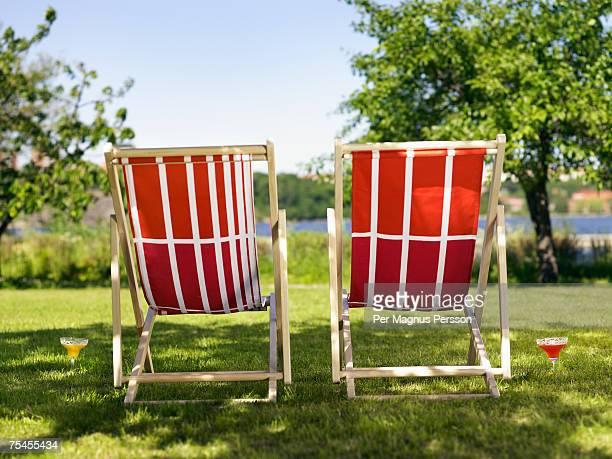 two sun chairs in a garden. - chaise longue photos et images de collection