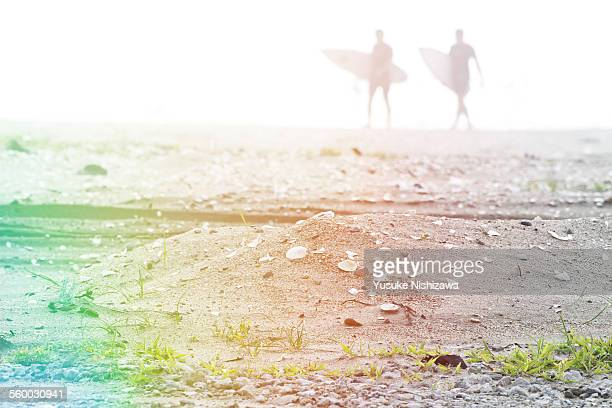two surfers walking on beach - yusuke nishizawa stock pictures, royalty-free photos & images