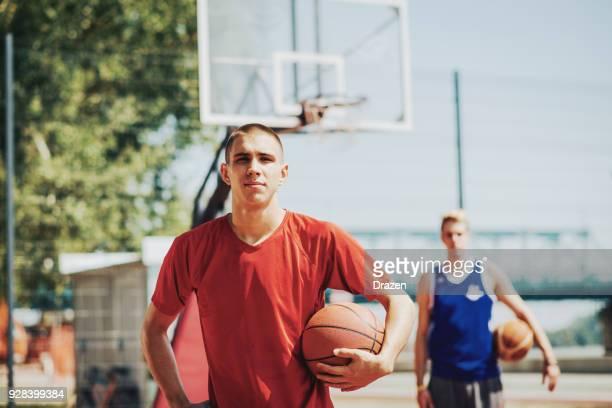 beiden schwitzenden freunde nach dem spiel der basketball im sommer - wurf oder sprungdisziplin herren stock-fotos und bilder