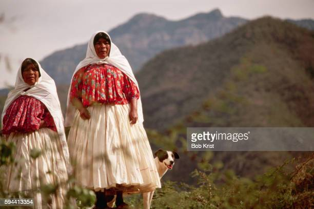 two tarahumara women with dog - tarahumara fotografías e imágenes de stock