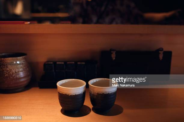 two teacups lined up at the counter seats in the store - kanagawa prefecture stock pictures, royalty-free photos & images