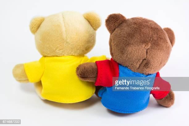 two teddy bears hugged by friendship - racismo - fotografias e filmes do acervo