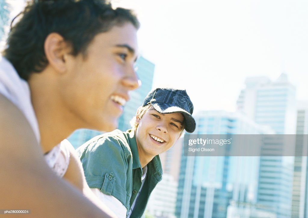 Two teenage boys in city setting : Stock-Foto