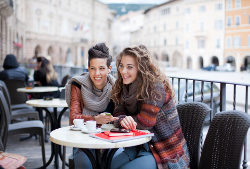 two teenage girls at a café, sharing mp3-player - gettyimageskorea