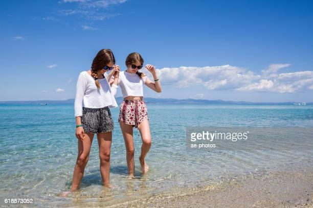 Zwei Teenager-Mädchen Hände halten auf das Meer