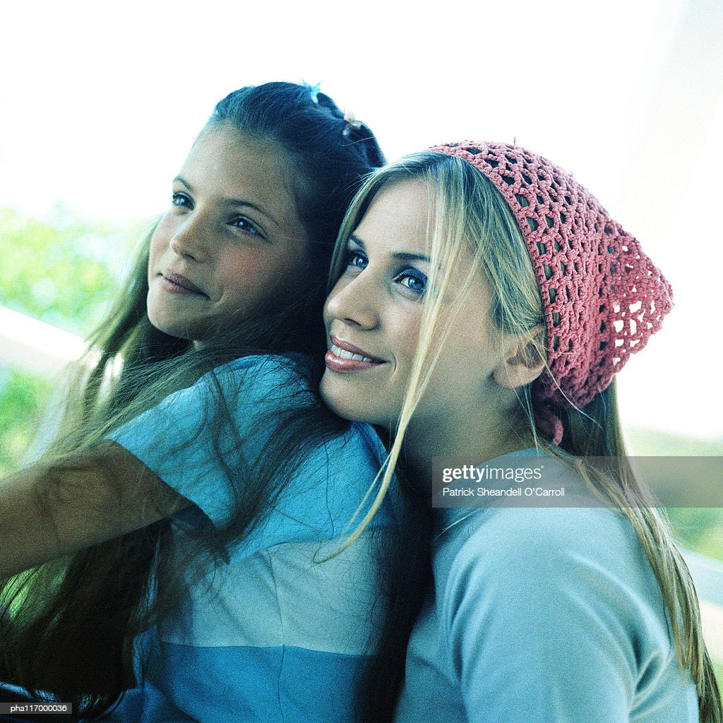 Two teenage girls, side view : Stockfoto