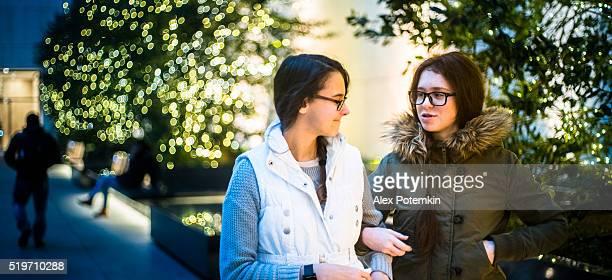 Deux filles adolescente, sœurs, le city square