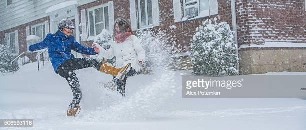 Adolescente deux filles sous la neige dans la rue