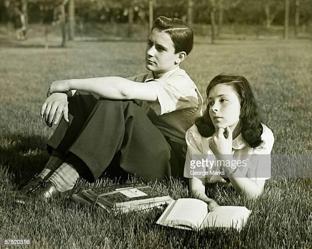 Zwei Teenager Ausruhen im Feld