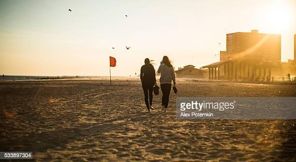 2 つの女の子 tennager 徒歩でコニーアイランドビーチ、ブルックリン