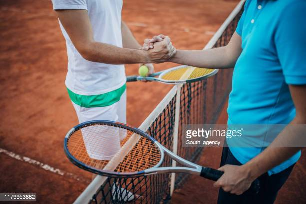 試合後に2人のテニス選手が握手 - ラケットスポーツ ストックフォトと画像