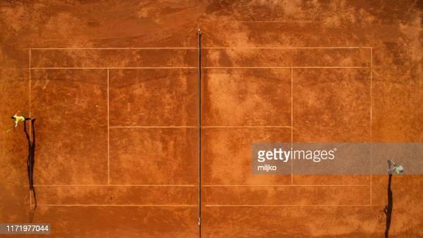 twee tennissers op de baan - speelveld stockfoto's en -beelden