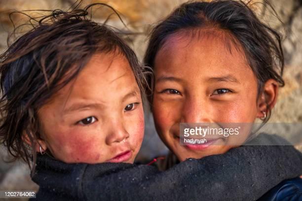 twee tibetan jonge meisjes, hogere mustang, nepal - tibetaanse cultuur stockfoto's en -beelden
