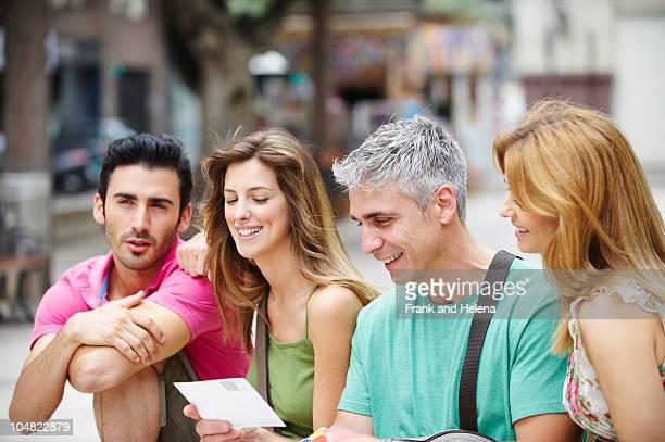 Zwei touristische Paare in den city square