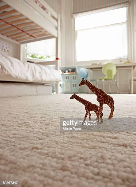Dos jirafas de juguete en dormitorio piso, para niños