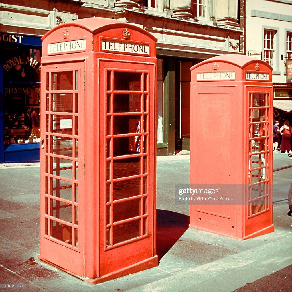 Two traditional red telephone kiosks in Edinburgh : Foto de stock