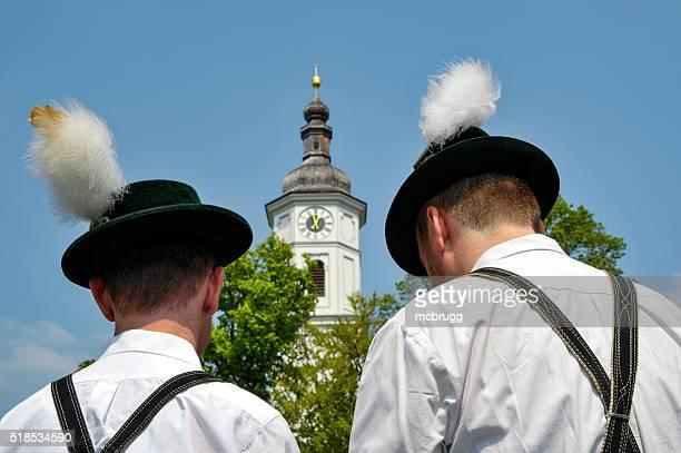 Zwei traditionell gekleideten Herren, bevor Sie eine Kirche in München