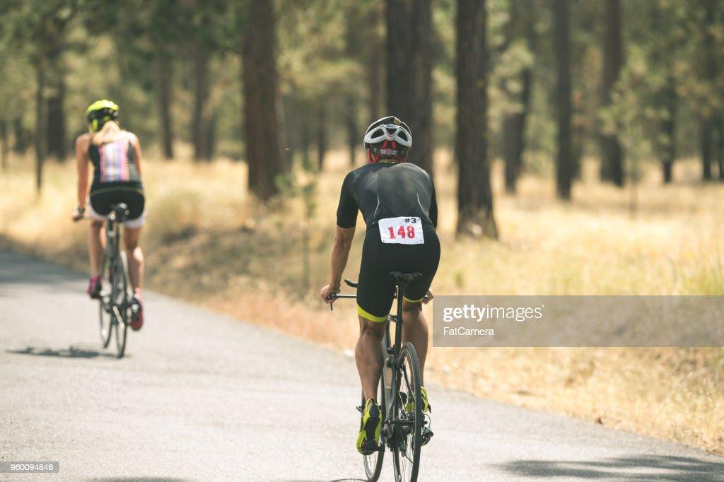 Zwei Triathleten tun Radfahren Bühne : Stock-Foto