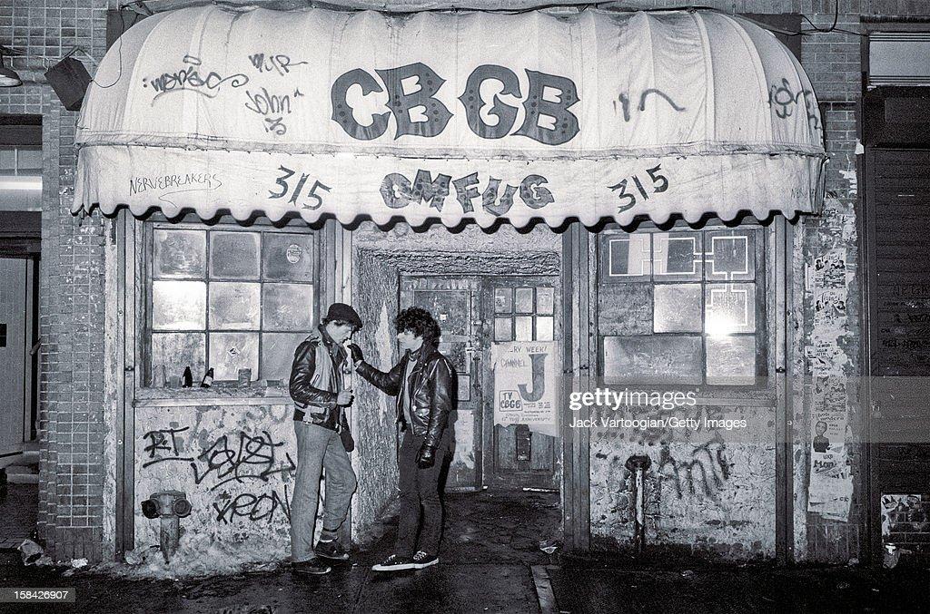 Outside CBGBs : Nachrichtenfoto