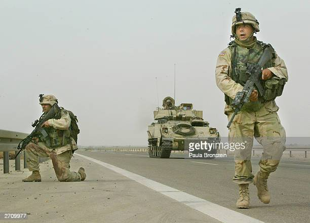 two u.s. soldiers killed in fallujah, iraq - guerre irak char homme photos et images de collection