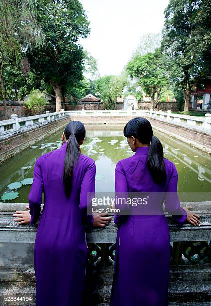 two vietnamese women, temple of literature. hanoi. - hugh sitton stock-fotos und bilder