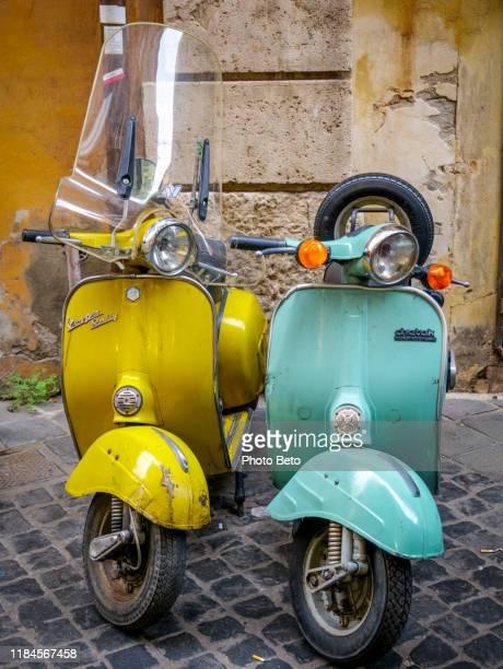 rom - historisches zentrum - piazza navona - vespa - hd - motorroller - vespa stock-fotos und bilder