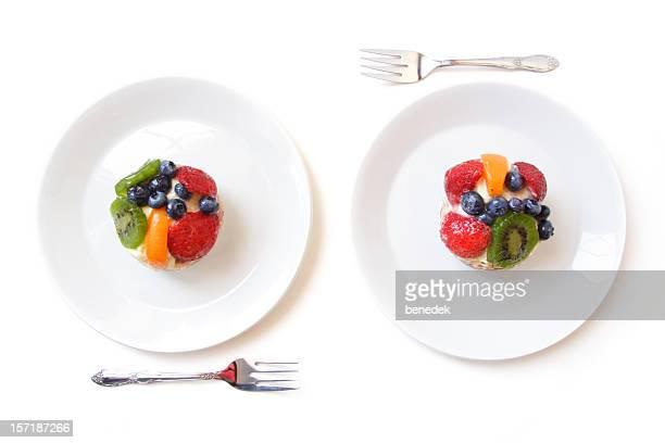 2 つの白いデザートプレート、フルーツのタルト