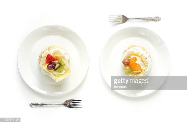 deux plaques blanches avec rempli dégustez des gâteaux - deux objets photos et images de collection