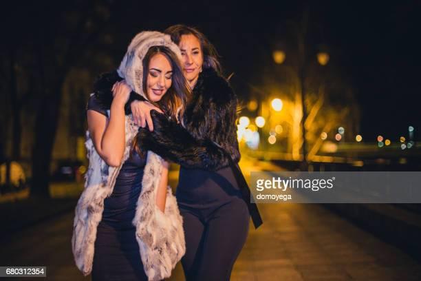 Dos mujer de divertirse en la noche