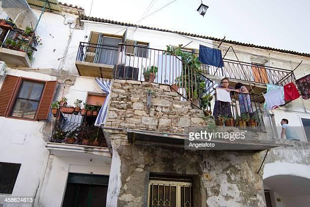 dos mujeres y son en balcón, calabria, italia - calabria fotografías e imágenes de stock