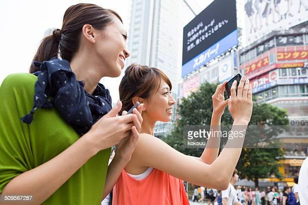 2 つの女性が写真は、渋谷スクランブル交差点