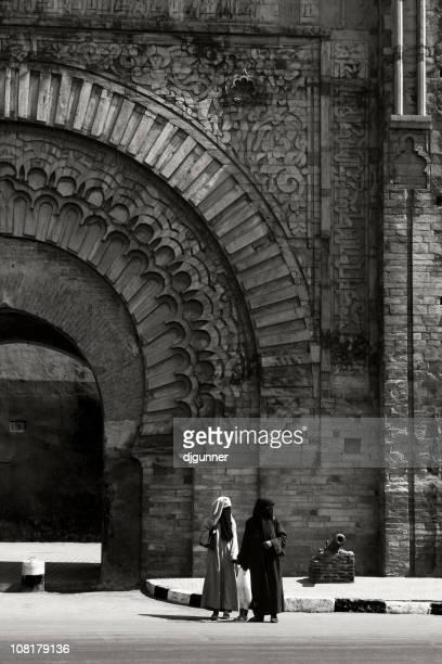 dos mujeres en marrakech puerta: de bab agnaou - cultura marroquí fotografías e imágenes de stock
