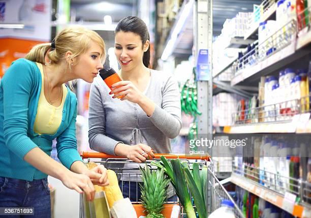Duas mulheres compras cosméticos no supermercado.