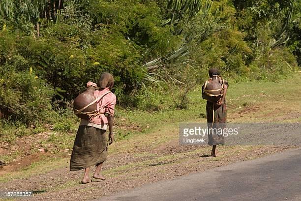 Deux femmes portant de l'eau en Éthiopie