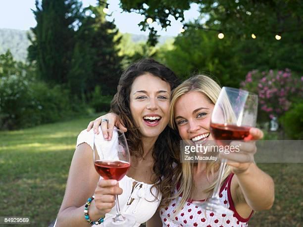 two women celebrating - seulement des jeunes femmes photos et images de collection