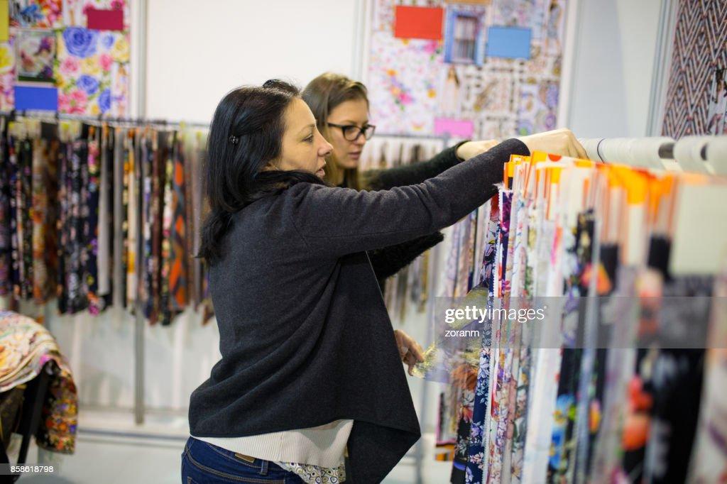 Zwei Frauen, die Wahl Stoffmuster : Stock-Foto