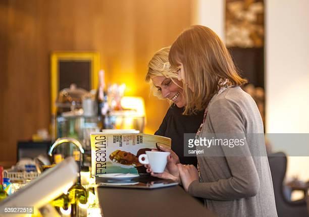 Dos mujeres cafetería revista de lectura