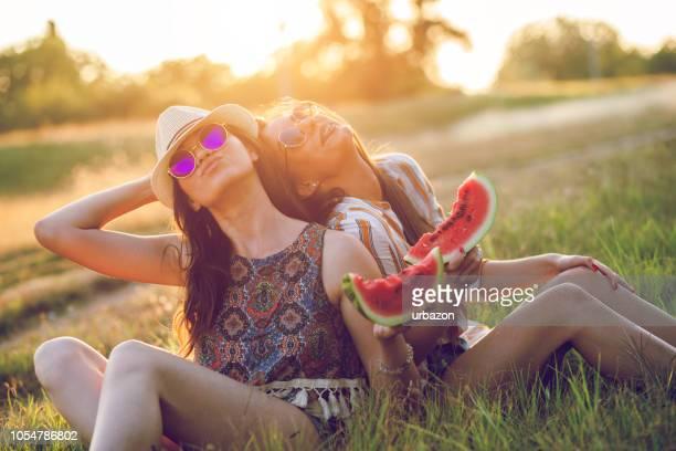 Zwei Frauen Essen Wassermelone außerhalb