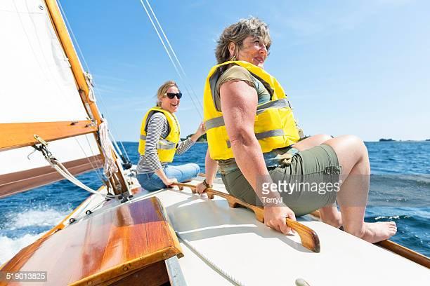 2 つの女性のセーリングをお楽しみください。 - 救命胴衣 ストックフォトと画像