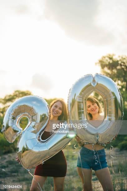 Zwei Freundinnen feiert 20 Jahre Geburtstag