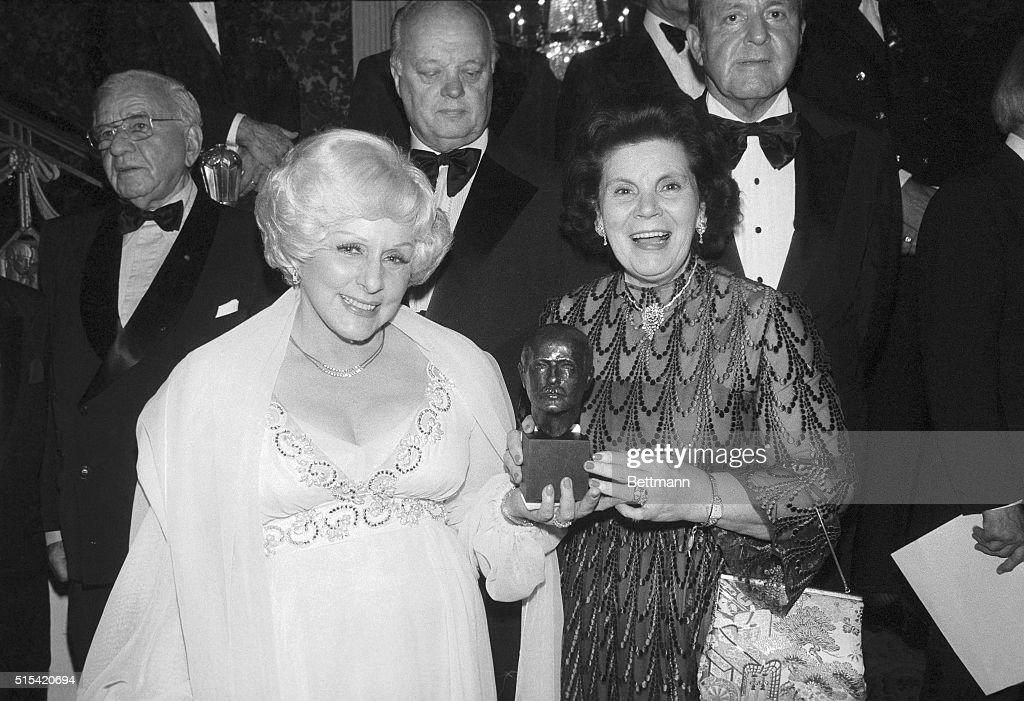Mary Kay Ash and Mary Crowley Holding Award : ニュース写真
