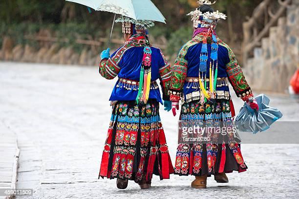 ミャオ国籍の 2 人の女性から徒歩でヴィラージュ - ミャオ族 ストックフォトと画像
