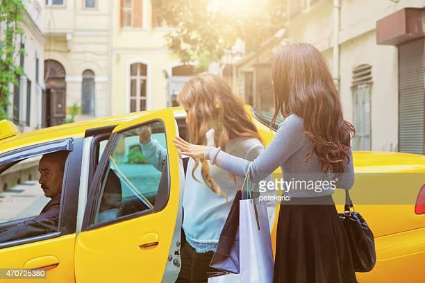 2 つの女性のタクシー