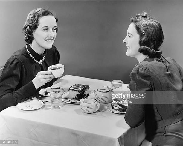 due donne avendo caffè e torta (b & w - donna mezzo busto bianco e nero foto e immagini stock