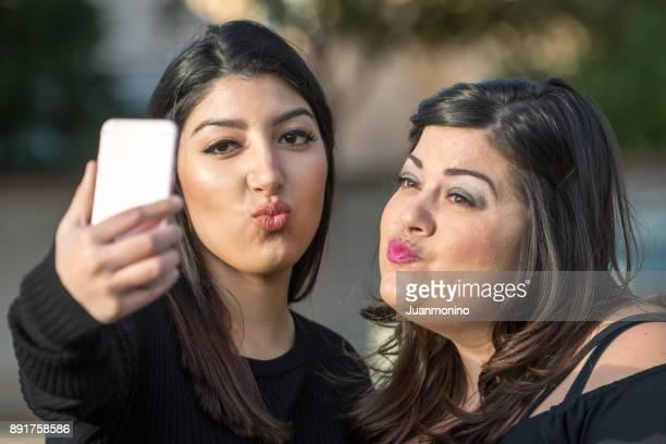 Zwei Frauen, die Spaß im park
