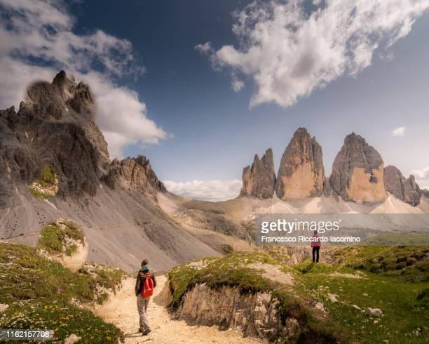 two women hiking at tre cime di lavaredo, dolomites alps, italy - iacomino italy foto e immagini stock