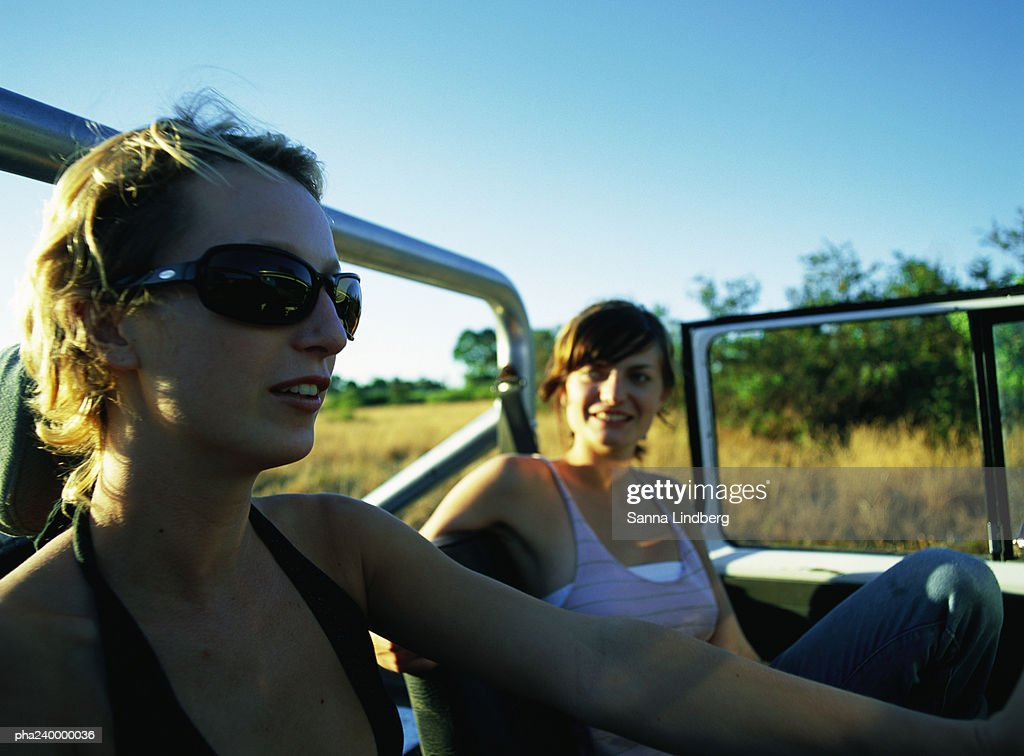 Two women in 4x4 car : Stockfoto