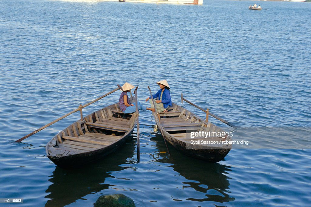 'Two women in boats, Danang, Vietnam, Indochina, Southeast Asia, Asia' : Foto de stock